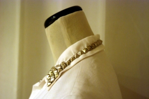 studs extend all the way around the collar.